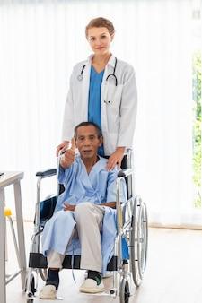 Kobieta profesjonalisty kaukaska lekarka uspokaja i dyskutuje z pacjentem w sala szpitalnej.
