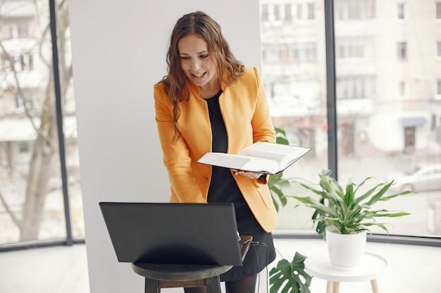 Kobieta profesjonalny nauczyciel. nauczyciel pracuje w domu. lekcje online.