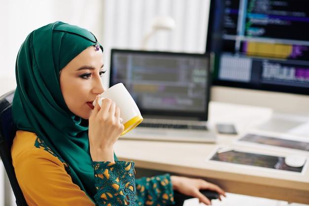 Kobieta programista picia kawy