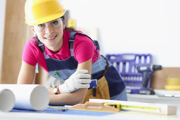 Kobieta projektant architekt przy stole roboczym zbliżenie