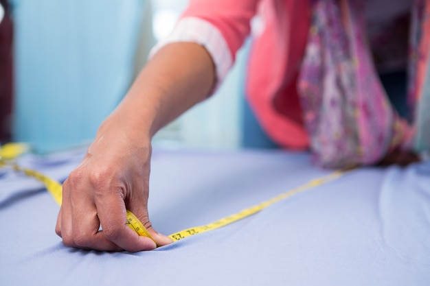 Kobieta projektant mody w pracy