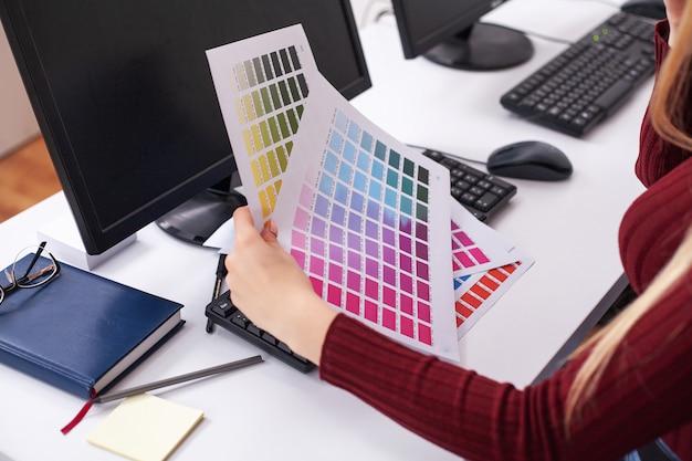 Kobieta projektant pracuje na komputerze w biurze na nowoczesny komputer stacjonarny