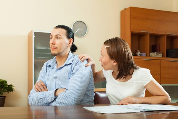 Kobieta prosi o pieniądze od męża na zakup