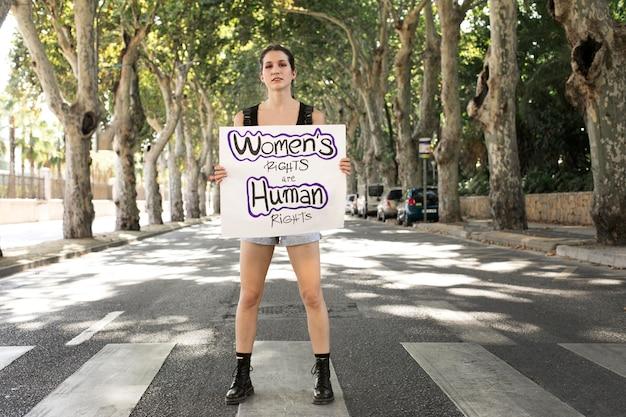 Kobieta protestująca o swoje prawa z miejscem na kopię