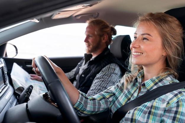 Kobieta prowadząca samochód i szukająca miejsca na kemping