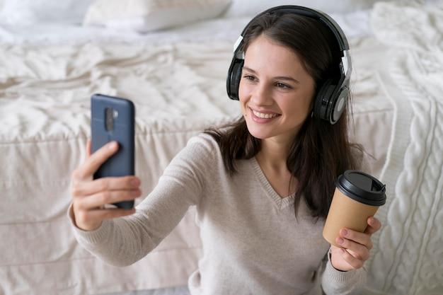 Kobieta prowadzi rozmowę wideo na swoim telefonie