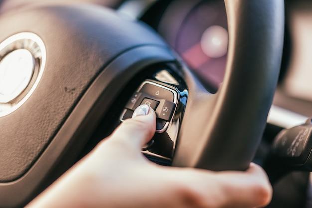 Kobieta prowadzi samochód