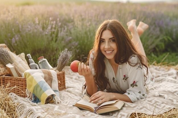 Kobieta prowansji relaks w lawendowym polu. pani na pikniku.