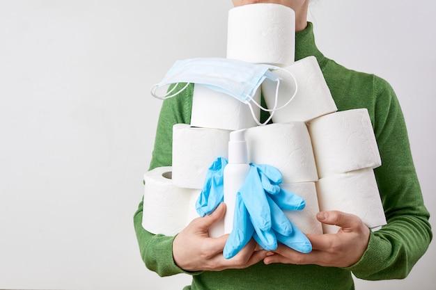 Kobieta przechowująca bibułkowy papier toaletowy podczas koronawirusa. koncepcja kwarantanny covid-19. ludzie z paniki zagłady
