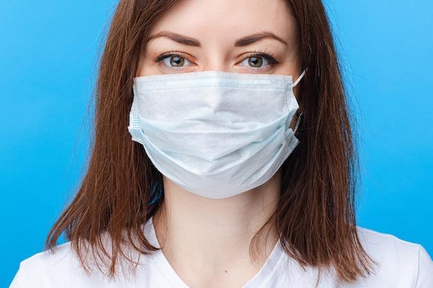 Kobieta przeciw wirusowi koronowemu w masce
