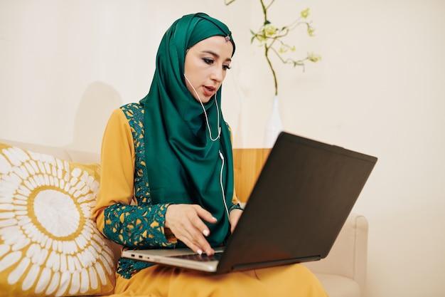 Kobieta przedsiębiorca nawiązywanie połączenia wideo