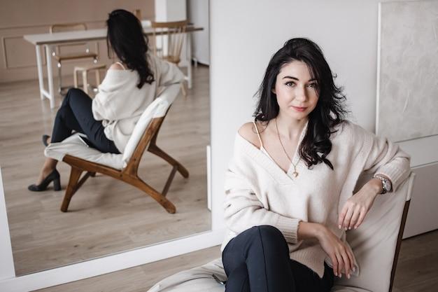 Kobieta przedsiębiorca siedzi we współczesnym miejscu pracy
