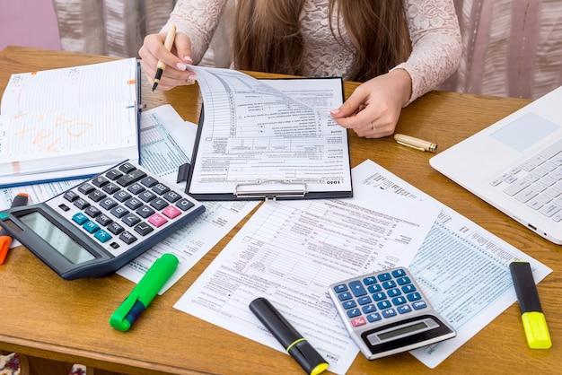 Kobieta przeglądająca formularz 1040 przygotowuje się do wypełnienia