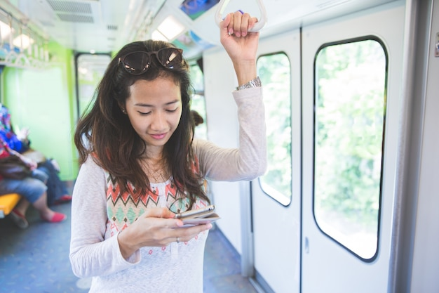Kobieta przeglądania i pisania wiadomości w autobusie publicznym