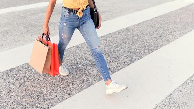 Kobieta przez ulicę z torby na zakupy