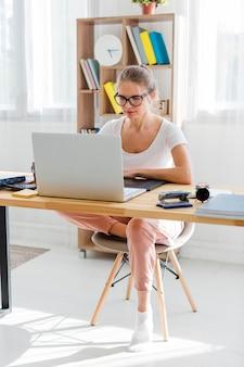 Kobieta przy biurkiem pracuje od domu