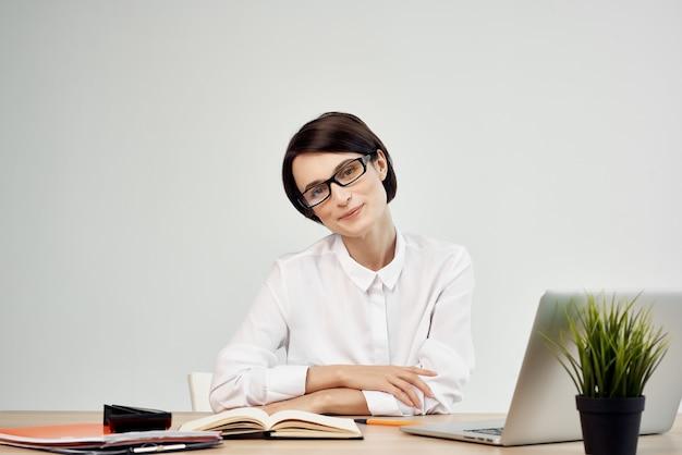 Kobieta przy biurku w okularach pewność siebie studio styl życia