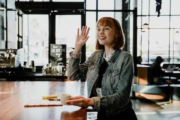 Kobieta przy filiżance kawy w kawiarni