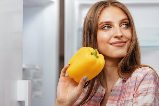 Kobieta przy jedzeniu z lodówki z bliska