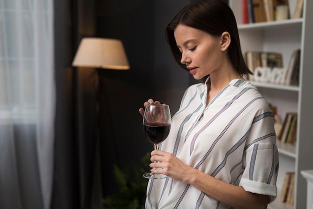 Kobieta przy lampce wina