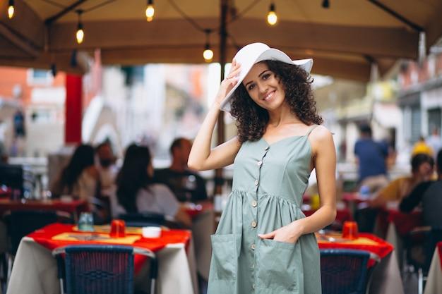Kobieta przy restauracji w wenecji