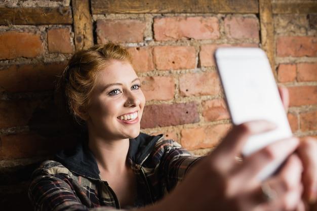 Kobieta przy selfie na jej telefon komórkowy