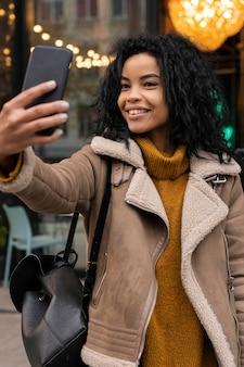 Kobieta przy selfie ze swoim smartfonem
