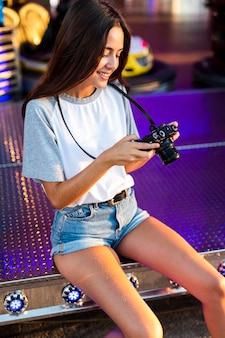 Kobieta przy uczciwym patrzejący kamerę