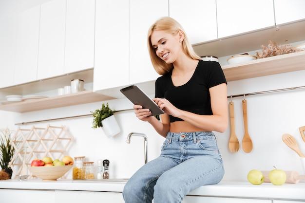 Kobieta przy użyciu komputera typu tablet