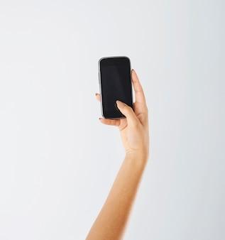 Kobieta przy użyciu współczesnego telefonu komórkowego