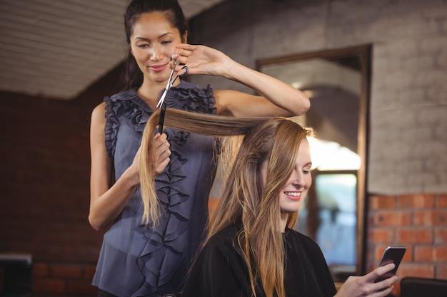 Kobieta przycinająca włosy