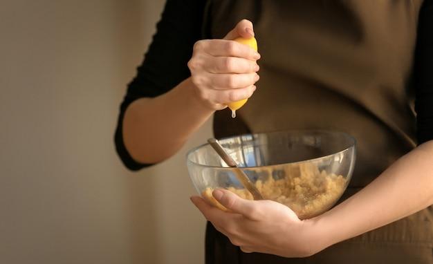 Kobieta przygotowuje ciasto na sernik w kuchni
