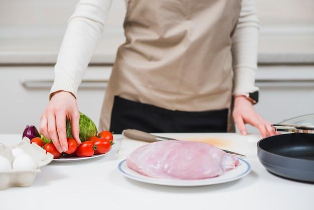 Kobieta przygotowuje danie z indyka