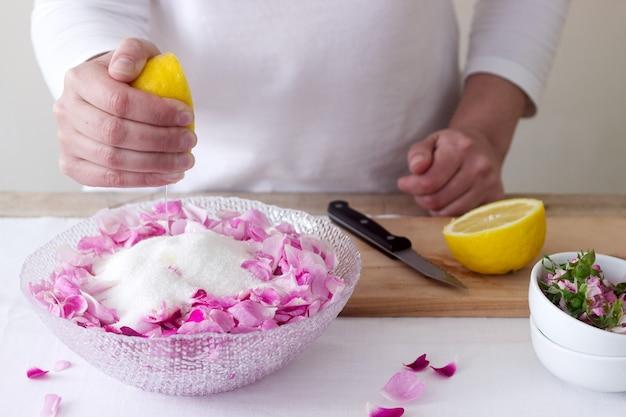 Kobieta przygotowuje dżem z róż