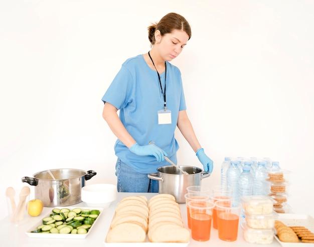 Kobieta przygotowuje jedzenie do darowizny