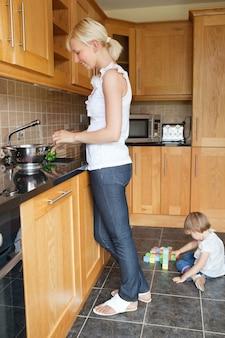 Kobieta przygotowuje jedzenie