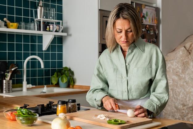 Kobieta przygotowuje posiłek średni strzał