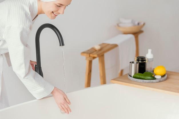 Kobieta przygotowuje relaksującą kąpiel