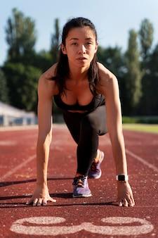 Kobieta przygotowuje się do biegu