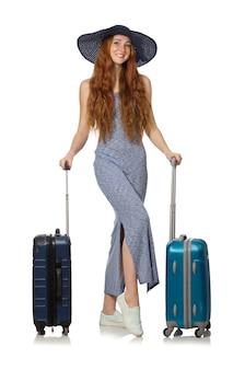 Kobieta przygotowuje się do letnich wakacji na białym tle