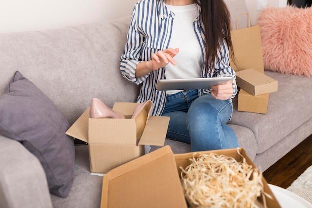 Kobieta przygotowuje się do zakupu nowych rzeczy podczas cyber poniedziałek