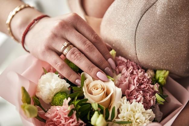 Kobieta przygotowuje się przed ślubem