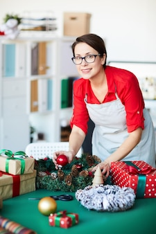 Kobieta przygotowuje świąteczne dekoracje
