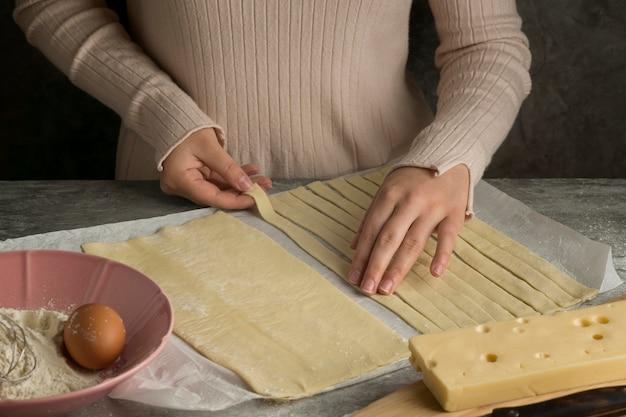 Kobieta przygotowuje tradycyjne tequenos