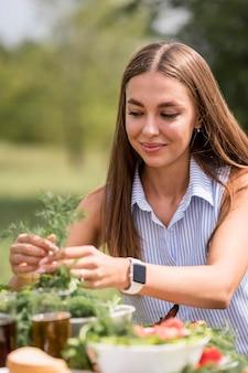 Kobieta przygotowywania potraw na grilla