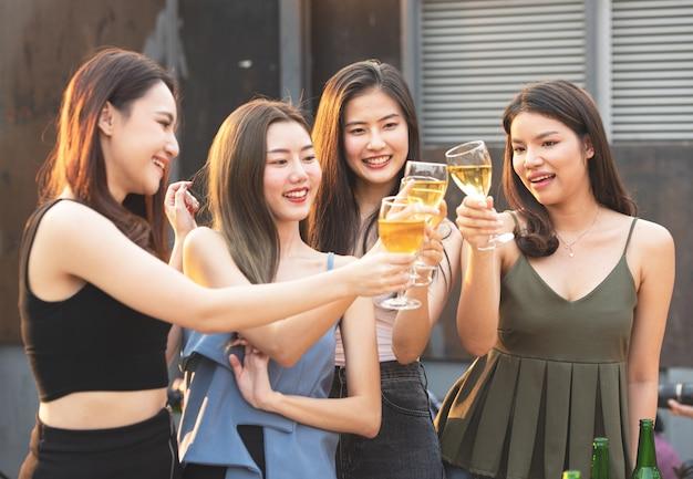 Kobieta przyjaciela grupy przyjęcie szklanka piwa