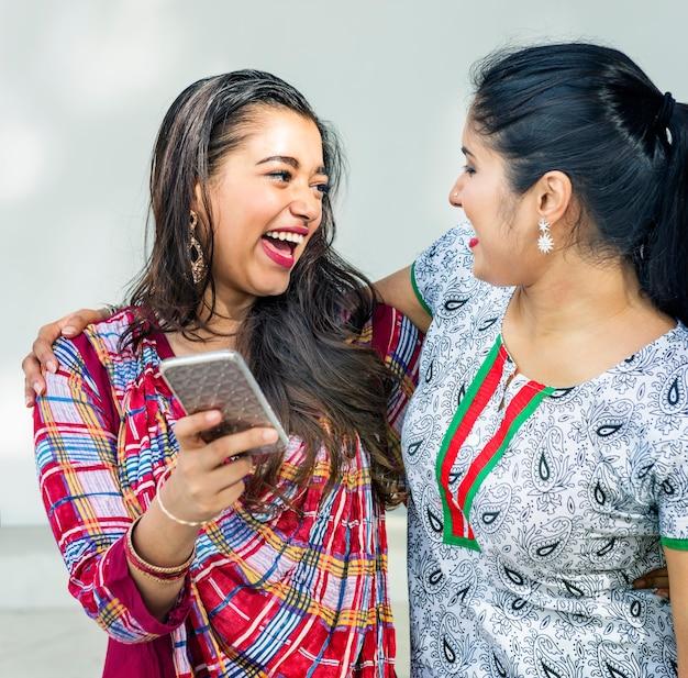 Kobieta przyjaźń razem komunikacja koncepcja telefonu komórkowego