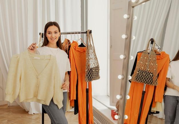 Kobieta przymierza ubrania w sklepie