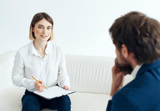 Kobieta psycholog odwiedza lekarza problemy zdrowotne terapia stres