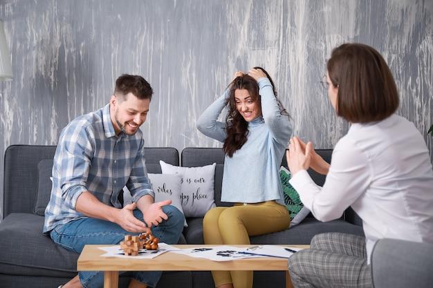 Kobieta psycholog pracuje z nieszczęśliwą parą w biurze